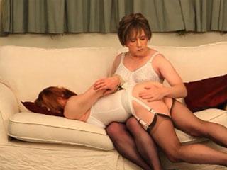 Travestie en bas noirs et gaine fessée par sa maitresse trav